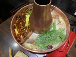 麻辣スープ(左)と白湯スープ(右)